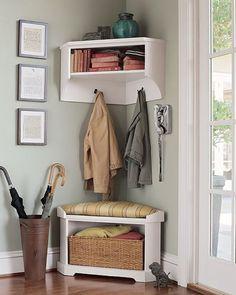 Mensole ad incastro, mobili doppi e sospesi sulla parete... scopri queste ed altre soluzioni per sfruttare le zone angolari.