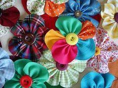 Como fazer fuxico. Fuxico são aquelas bonitinhas flores de tecido, em que se aproveitam retalhos de tecido. As flores de fuxico são bastante versáteis, pois têm uma infinidade de utilizações, desde enfeitar almofadas, c...