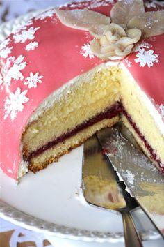 Celebrating two Birthdays with Princess cake. Tea Party Desserts, Fun Desserts, Dessert Ideas, Mini Cakes, Cupcake Cakes, Cupcakes, Sweets Cake, Cake Board, Cake Creations