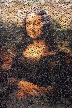 Revisitando o trabalho mais famoso do mundo http://gabineted.blogspot.com.br/2014/07/revisitando-o-trabalho-mais-famoso-do.html Sempre copiada, nunca igualada, o mistério da Mona Lisa deve também a sua posteridade, incluindo cinco séculos de sósias ultrajes angustiantes maliciosos que não chegaram ao fim. A prova está com algumas de suas irmãs que não podem emprestar esse sorriso.