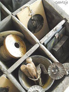Brocante in een houte kratje