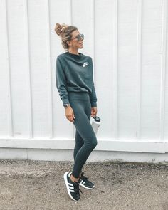 Outfits With Leggings – Lady Dress Designs Cute Workout Outfits, Workout Attire, Womens Workout Outfits, Sport Outfits, Casual Outfits, Cute Outfits, Fashion Outfits, 70s Outfits, Sporty Fashion
