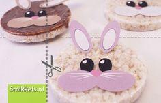 Traktatie rijstwafel konijntjes   met gratis print voorbeeld   Healthy rabbits rice cake treat   with free printable   Paashaas   Easter bunny   Smikkels.nl