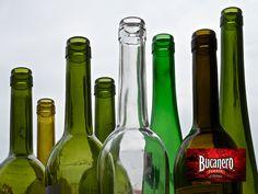 CERVEZA BUCANERO TE INFORMA ¿Qué se le puede agregar al vidrio para obtener un color verde a las botellas de cerveza? El óxido de hierro se puede agregar al vidrio, resultando un vidrio de color azul verdoso que se utiliza en las botellas de cerveza. www.cervezasdecuba.com