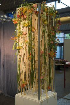 Eind examen object. Gemaakt van stroken gescheurd zeemleer. Opgemaakt met een zomerse mix aan bloemen. By Thijs Harmens