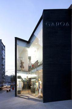 Garoa store by Una Arquitetos, São Paulo/pared negra como cubo