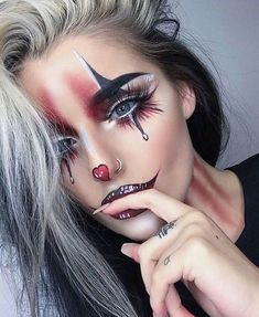 Are you looking for ideas for your Halloween make-up? Check this out for cute Halloween makeup looks. Maquillage Halloween Clown, Halloween Makeup Clown, Halloween Makeup Looks, Halloween Ideas, Girl Clown Makeup, Halloween Make Up Scary, Womens Clown Makeup, Jester Makeup, Costume Makeup