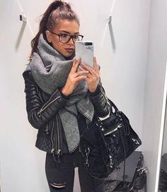 Зимный уютный look от @ivanikolina - объемный шарф от #zara классика жанра от #bodaskins - кожаная куртка-косуха и известная Сlassic Сity сумка от #balenciaga. Даже в холод модной быть легко! #womanslook