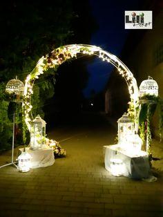 Akár az is lehetne. De csak az esküvői szertartás boldogság kapuja kapott új feladatot a lányos háznál éjjel. Az új embert és az új asszonyt várta az átöltözés után. #esküvő #dekoráció #polgáriszertartás