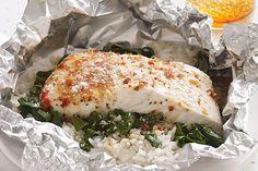 ¿Quieres preparar algo delicioso para alguien especial en tu vida? Estos paquetitos de pescado con espinacas y queso parmesano agradarán a cualquiera.