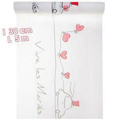 """Vous êtes à la recherche d'un chemin de table pour la décoration de table de votre mariage ?     Blanc avec des touches de rouge, ce chemin de table est décoré d'une petite voiture chapeautée, de cœurs et de l'inscription """"Vive les Mariés""""."""