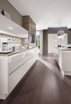 Cucina bianca moderna con pavimenti in parquet laminato colore scuro - Migliori materiali per il pavimento cucina