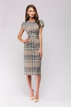 Коричневое платье длины миди в клетку с короткими рукавами
