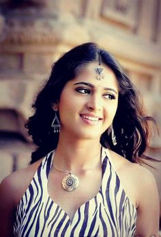 Anushka Shetty is gorgeous beauty of South Indian film industry.Her parents are Vittal Shetty & Prafulla Beautiful Girl Indian, Most Beautiful Indian Actress, Beautiful Actresses, Anushka Latest Photos, Anushka Photos, South Indian Actress Photo, Indian Actress Photos, Actress Pics, Indian Actresses