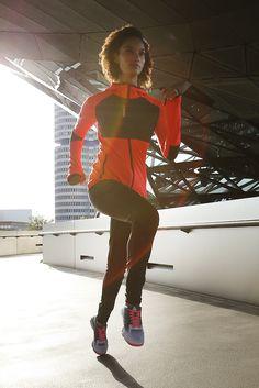 Herzstück des Looks ist der farbenfrohe Jogginganzug von Reebok in moderner Passform. Der Sport-BH mit gekreuzten Trägern von Bench sorgt bei jeder Bewegung für sicheren Halt – genau wie das stabilisierende Design der leichten Reebok-Fitnessschuhe.