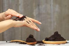20 Ways To Reuse Coffee Grounds In The Home And Garden Borax Cleaning, Household Cleaning Tips, Cleaning Recipes, House Cleaning Tips, Diy Cleaning Products, Cleaning Solutions, Cleaning Hacks, Cleaning Checklist, Cleaning Toilets