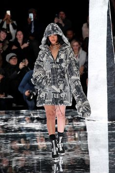 E o dia tão esperado chegou! Finalmente, a coleção fruto da parceria da Rihanna com a Puma invadiu a passarela da Semana de Moda de NY e contou com um show exclusivo da cantora.