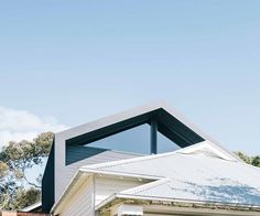A California bungalow in Melbourne is sympathetically renovated to form shared spaces and private retreats. Modern House Facades, Modern House Design, Bungalow Extensions, California Bungalow, Melbourne House, Roof Ideas, Victorian Terrace, Australian Homes, Facade House