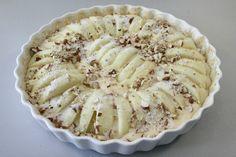 Pisk æg og sukker sammen. Tilsæt smeltet smør og mel, rør dejen sammen og bred den ud i en smurt, raspdrysset tærteform (26 cm i diameter). <BR> <BR> Skræl æblerne, skær dem i tynde både og sæt dem