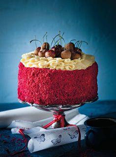 SARIE- Red Velvet cake-Jy kan die koek ook in kolwyntjiepanne bak. Verdeel die beslag tussen die 20 – 24 holtes van 'n standaardpan. Bak vir sowat 20 – 25 minute of tot gaar. Pie Dessert, Cookie Desserts, No Bake Desserts, Delicious Desserts, Yummy Food, Ma Baker, Red Velvet Recipes, Pretty Cakes, Yummy Eats