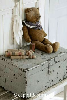 Fabulous French Country Rug To Apply Asap - Rearwad Old Teddy Bears, Vintage Teddy Bears, My Teddy Bear, French Country Rug, French Country Decorating, French Style, Antique Toys, Vintage Toys, Shabby Vintage