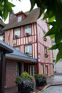 à Louviers l'Office de Tourisme Seine-Eure
