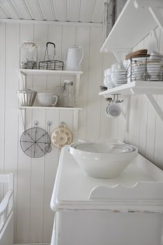 kitchen in white cottage scandinavion style Swedish Kitchen, Country Kitchen, Vintage Shabby Chic, Shabby Chic Decor, House By The Sea, Cottage Kitchens, White Cottage, White Rooms, Cottage Living