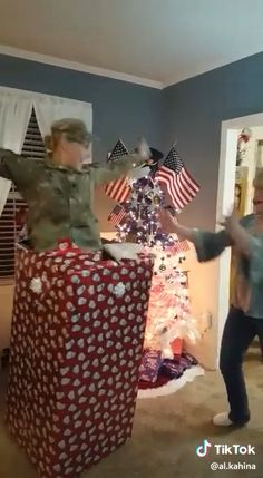 Her parents thought she was stationed overseas. Wait for it. - Trending Videos on TikTok - Watch Comic TikTok Videos Cute Love Stories, Happy Stories, Sweet Stories, Cute Gif, Funny Cute, Soldier Surprises, Soldiers Coming Home, Human Kindness, Touching Stories