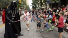 """31. August, #USA: Darth Vader trifft während der Science-Fiction-Messe """"Dragon Con"""" in #Atlanta, #Georgia, auf junge Fans. Foto: dpa Weitere Bilder des Tages: http://www.noz.de/deutschland-welt/vermischtes/artikel/38279/bilder-des-tages-31-august#lightbox&4829&8"""