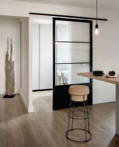 On opte pour des portes coulissantes vitrées pour une intimité en toute légèreté
