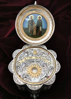 Silver Reliquary Small Silver Reliquary with crystal. Byzantine Art, Handmade Silver, Pocket Watch, Decorative Plates, Shapes, Pearls, Crystals, Accessories, Beads