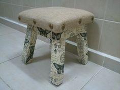 Banquito tapizado con arpillera y trabajado con tachas. revestido con découpage