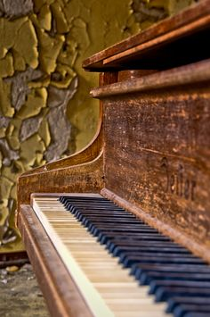 life & sound & music - old Piano... i really really wanna learn how to play