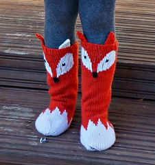 Keep those little toes warm but cute with these Little Foxy Socks! Cute pattern adds some wow factor to a must have fall accessory for all kids. With changing the colours you can turn the Little Foxy Socks into Little Raccoon socks :) Yarn Projects, Knitting Projects, Crochet Projects, Knitting Socks, Baby Knitting, Ravelry, Diy Crafts Knitting, Fox Face, Fall Accessories