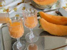 Il liquore cremoso al melone, detto anche meloncello, è un liquore assolutamente imperdibile, preparato con il melone Cantalupo. Con questa ricetta si otterrà un liquore cremoso, assai gradevole e delizioso, ottimo nei dopopasti e sarà molto apprezzato anche da chi non ama gli alcolici! Drinks Alcohol Recipes, Alcoholic Drinks, Cocktails, Beverages, Healthy Fruits, Healthy Drinks, Cocktail Juice, Homemade Wine, Beautiful Fruits