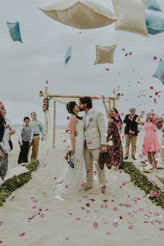 La playa, el escenario perfecto para sellar su destino de amor.#Matrimoniocompe #Organizaciondebodas #Matrimonio #Novios #TipsNupciales #CaminoAlAltar #MatriPeru #BodaPeru #Amor #Romantico #Couple #MatrimonioEnLaPlaya #CasarseEnlaPlaya #BeachWedding Wedding Goals, Couple Goals, Photo And Video, Instagram, Amor, Beach Weddings, Bridal Gowns, Boyfriends, Kiss