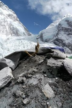The harsh conditions often prevent the Death Zone to rescue climbers in trouble, because helping someone who is in danger means risking their own lives: so, he who hesitates is lost.