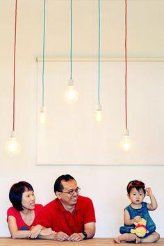 proste żarówki na kolorowych kablach