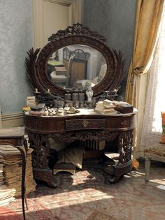 Precioso mueble nunca vi uno igual. Los adornos empolvados son originales y despiertan mi curiosidad.