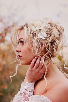 Champagne flowers headpiece #wedding #hair Photography by Jaclyn Davis