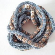 Collana da donna in lana, tonalità grigio, beige e azzurro melange