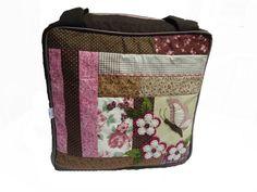 Malinha estilo frasqueira, com patchwork e aplicação.Possui bolsos internos. R$85,00