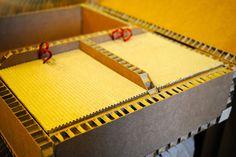 Caja de cartón con compartimentos realizada de forma artesanal por encargo.