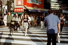 渋谷 Tokyo, Japan / Kodak ColorPlus / Nikon FM2 - 後來在渋谷的路口玩一個小小的實驗,就是拿這相機保持拍照的狀態。綠燈亮後與過往的人群交會,然後隨意的按下快門,看看能拍的什麼特別的畫面。  但這張有點忘記是隨意還是刻意了。  Nikon FM2 Nikon AI AF Nikkor 35mm F/2D Kodak ColorPlus ISO200 0997-0023 2015/10/02 - #japan #Tokyo #Shibuya #Kodak #ColorPlus #ISO200 #Nikon #FM2 #35mm #nikkor