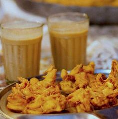 Mumbai style Kanda bhajiya and cutting chai Veg Appetizers, Savory Snacks, Snack Recipes, Mumbai Street Food, Indian Street Food, Mumbai City, Food F, Kerala Food, Indian Food Recipes