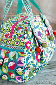 i love the felted little balls Patchwork Bags, Quilted Bag, Lila Lotta, Crochet Handbags, Denim Bag, Beautiful Bags, Handmade Bags, Clutch Purse, Travel Bags
