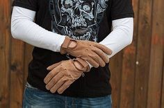 Bellissimi guanti dallo stile vintage progettati per offrire comfort, protezione e funzionalità durante la guida. Realizzati in pelle di buffalo marroni, dallo stile vintage. Se vuoi saperne di più clicca http://accessoriabbigliamentomoto.com/guanti.php