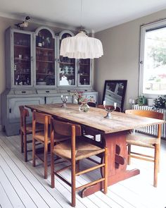 """Johanna Bradford on Instagram: """"Sista kvällen med perspektivfönstret. Kommer ej sakna det men är typ rädd för hur fint här kommer bli. Får hjärtklapp bara jag tänker på…"""" Dining Room, Dining Table, Compact Living, Swedish House, Interior Decorating, Interior Design, Vintage Interiors, Cool Rooms, Home Fashion"""