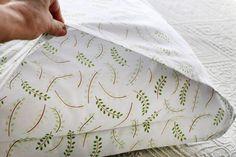 Como fazer fronha de travesseiro - Coisas da Léia Patches, Manual, Pillows, Pillow Case Crafts, Sewing Projects For Beginners, Craft Business, Pillow Shams, Sewing Techniques, Beds