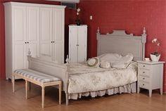 Harmaaksi maalattu Eleonoora-sänky, valkoiset vaatekaapit, taburetti, yöpöytä